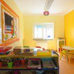 Sala luminosa, com aquecedor e vários jogos para crianças